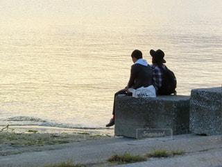 水の中に立っているカップル - No.785569