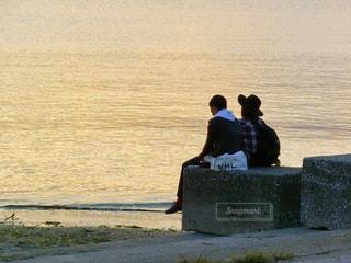 水の中に立っている二人 - No.785570