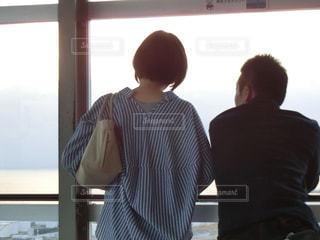 ウィンドウの前に立っている2人組のカップルの写真・画像素材[785576]
