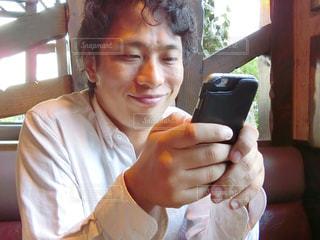 携帯電話を使用している男性の写真・画像素材[785587]