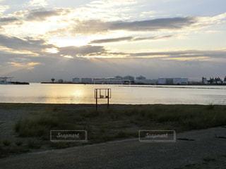 水の体の横にある砂浜のビーチの写真・画像素材[785590]