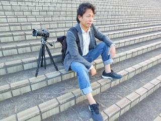 ベンチに座っている男性の写真・画像素材[785601]