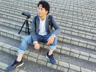 ベンチに座っている男性の写真・画像素材[785603]