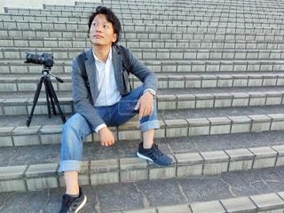 ベンチに座っている男性の写真・画像素材[785604]