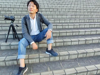 ベンチに座っている男性の写真・画像素材[785605]