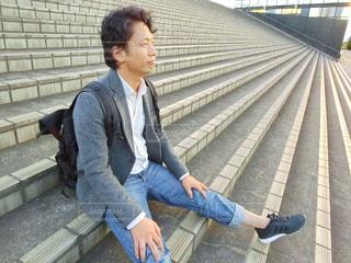 ベンチに座っている人の写真・画像素材[785610]