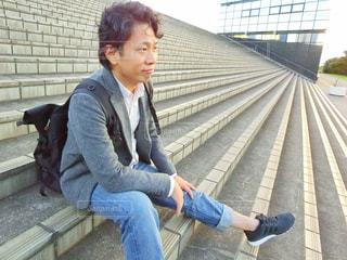 ベンチに座っている男性の写真・画像素材[785611]