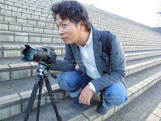 階段に座っている男性の写真・画像素材[785624]