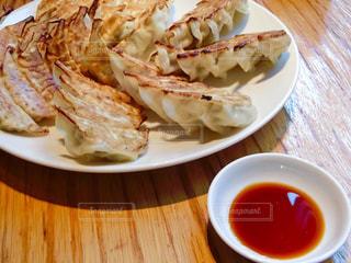テーブルの上に食べ物のプレートの写真・画像素材[797334]
