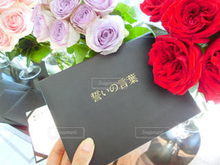 テーブルの上の花の花束の写真・画像素材[798888]