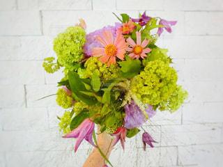 テーブルの上に花瓶の花の花束 - No.798942