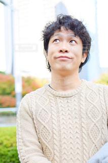 セーターを着ている人の写真・画像素材[897976]