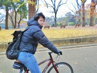 自転車に乗る男性の写真・画像素材[909618]