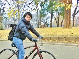 自転車に乗る男性の写真・画像素材[909619]