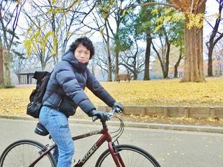 自転車に乗る男性の写真・画像素材[909620]