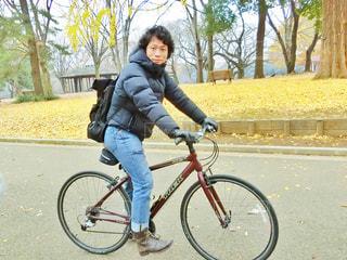 自転車の後ろに乗る人の写真・画像素材[909621]