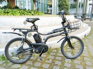 建物の側に駐車したバイクの写真・画像素材[909766]