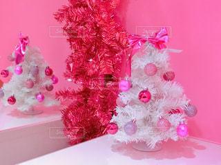 テーブルに座っているピンクのテディベアの写真・画像素材[914911]
