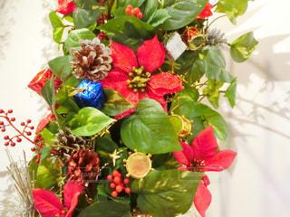 テーブルの上に花瓶の花の花束の写真・画像素材[928975]