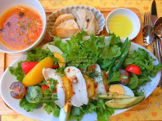 テーブルの上に食べ物のプレートの写真・画像素材[935477]