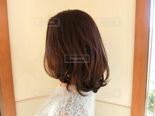 カメラにポーズ鏡の前に立っている女性 - No.935478