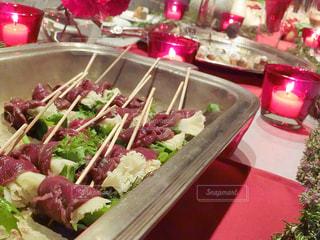 テーブルの上に食べ物のプレートの写真・画像素材[935479]
