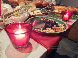 食品の完全なテーブルに座っている人々 のグループの写真・画像素材[935481]
