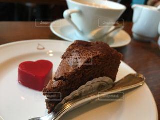 皿の上のケーキの一部の写真・画像素材[935524]