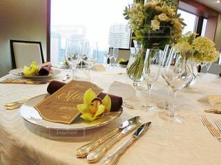 食品のプレート付きのダイニング テーブルの写真・画像素材[935537]