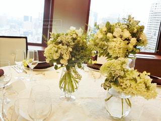テーブルの上の花の花瓶の写真・画像素材[935538]