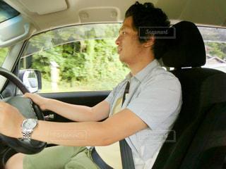 車の座席に座っている男性の写真・画像素材[935602]