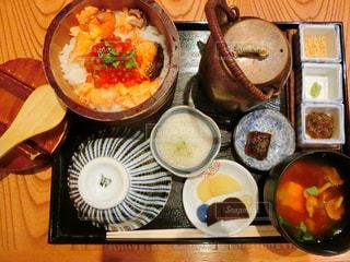 テーブルの上に食べ物の種類でいっぱいのボックスの写真・画像素材[935610]