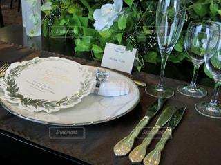 食品とテーブルの上にワインのグラスのプレートの写真・画像素材[935654]