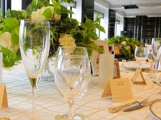ワイングラスを持つテーブルの写真・画像素材[935655]