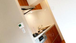 部屋に座っている白い冷蔵庫冷凍庫の写真・画像素材[936110]