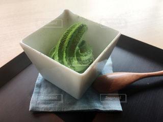 テーブルの上のアイスクリームの写真・画像素材[936118]