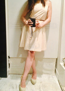 カメラにポーズ鏡の前に立っている女性の写真・画像素材[943866]