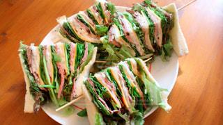 サンドイッチと木製のテーブルのサラダの写真・画像素材[946210]