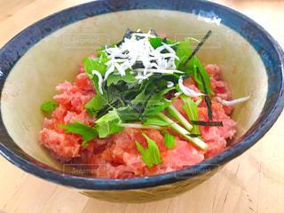 皿の上の野菜や肉で満たされた丼の写真・画像素材[946211]