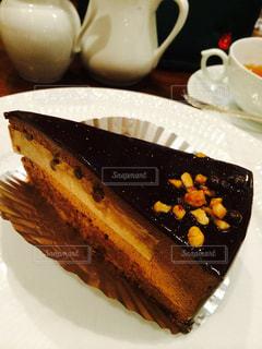 皿の上のケーキのスライスの写真・画像素材[946495]