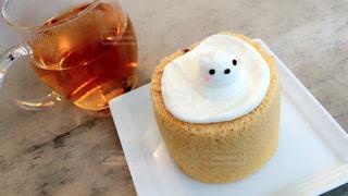 テーブルの上のケーキとカップの写真・画像素材[946499]