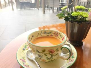 テーブルの上のコーヒー カップの写真・画像素材[946561]