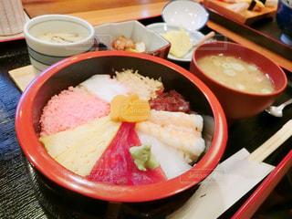 テーブルの上に食べ物のボウルの写真・画像素材[947594]