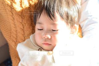 ベッドの上に座っている赤ちゃんの写真・画像素材[951866]
