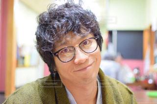 メガネをかけて、カメラで笑顔の男の写真・画像素材[951924]