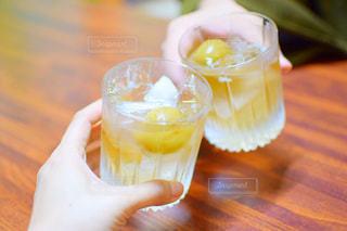 テーブルの上のお酒の写真・画像素材[951927]
