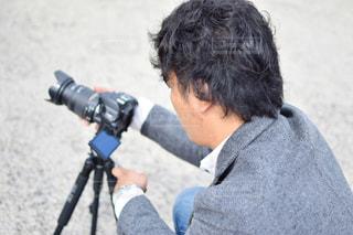 カメラを保持している男 - No.951928