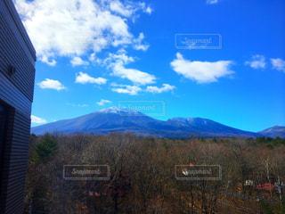背景の大きな山の写真・画像素材[952241]