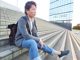 階段に座る男性の写真・画像素材[952250]