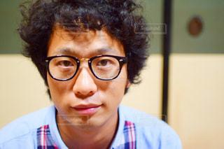 メガネをかけて、カメラで笑顔の男の写真・画像素材[952956]